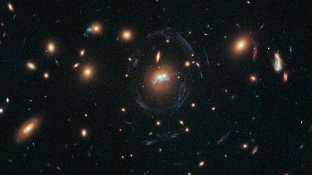 Una serie de estrellas que coliden entre dos galaxias