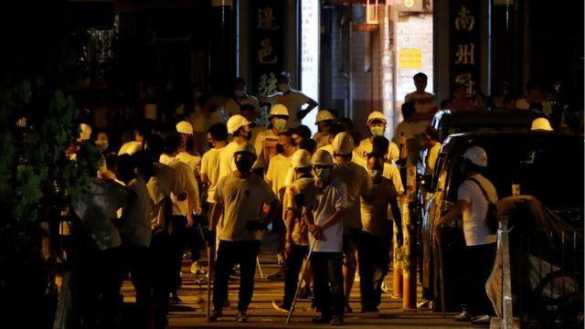 多名目击者表示白衣施暴者的目标看似为身着黑衣、刚刚参加完港岛反修例游行的示威者。