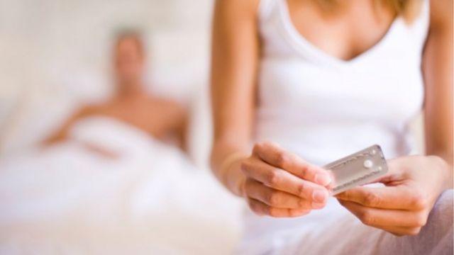 Mulher pegando anticoncepcional