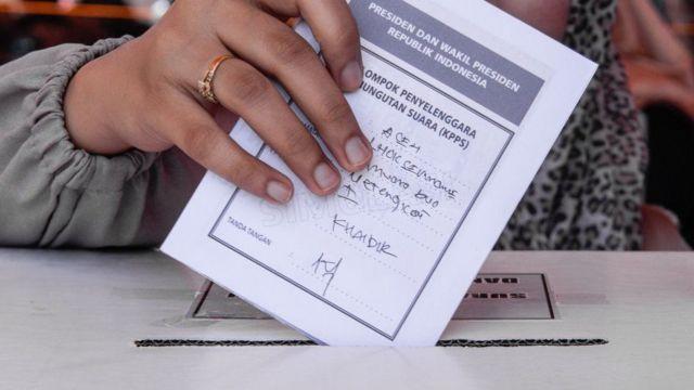인도네시아 사전 투표 모의연습에 참여한 여성