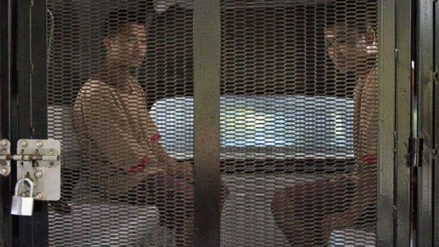 ซอลินและวิน ซอ ตุน เดินทางกลับเรือนจำเมื่อวันที่ 24 ธ.ค. 2558 หลังจากศาลชั้นต้นพิพากษาประหารชีวิตทั้ง 2 คนในคดีฆาตกรรมนักท่องเที่ยวชาวอังกฤษ