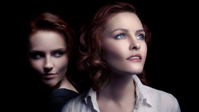 Два одинаковых женских лица