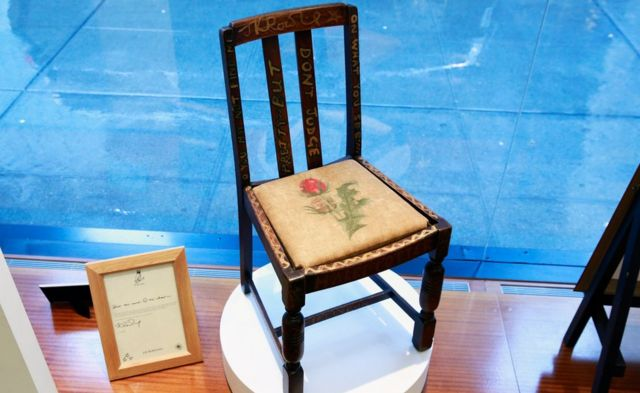 ローリングさんによると、背中が痛くなる椅子だと