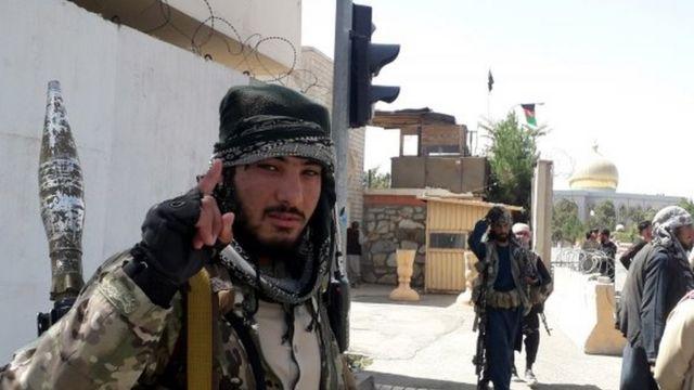 Un combattente talebano a Ghazni, in Afghanistan, il 12 agosto 2021