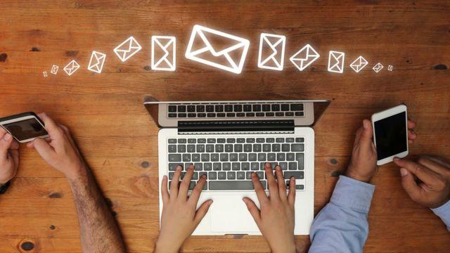 Imágenes de manos con computadores y celulares.