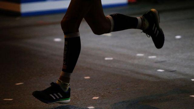 Las piernas de un corredor.
