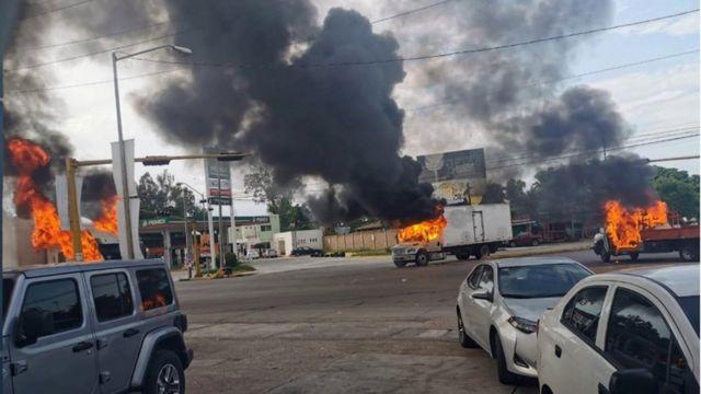 """Autos incendiados en Culiacán tras el operativo para capturar al hijo de """"El Chapo""""."""
