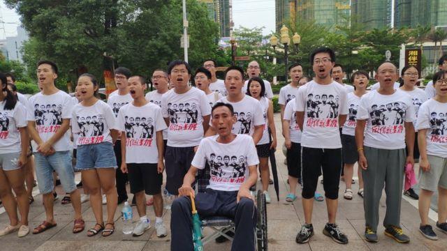 周五凌晨(8月24日),身着防暴装备的警察冲入工人声援团成员住处,目前许多声援团成员仍处于失联状态。