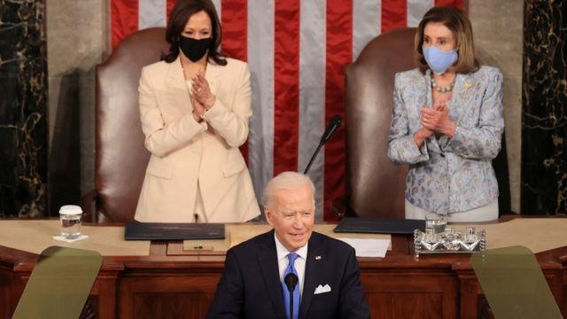 Na tribuna, Biden aparece em nível mais baixo, e Kamala Harris e Nancy Pelosi, em cima
