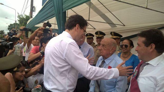 Jorge Sanjinez saludando al embajador de Francia en Perú.