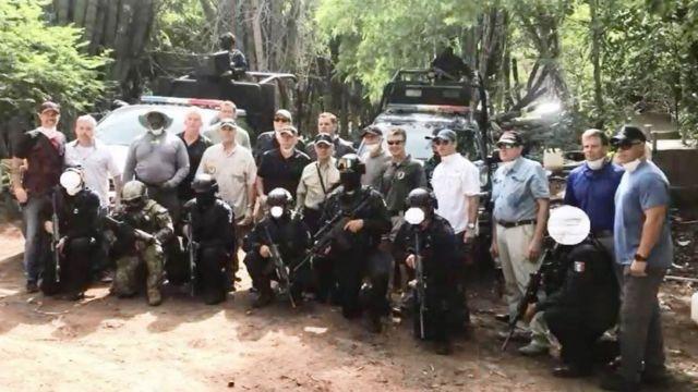 Funcioanrios de EE.UU. junto a militares mexicanos