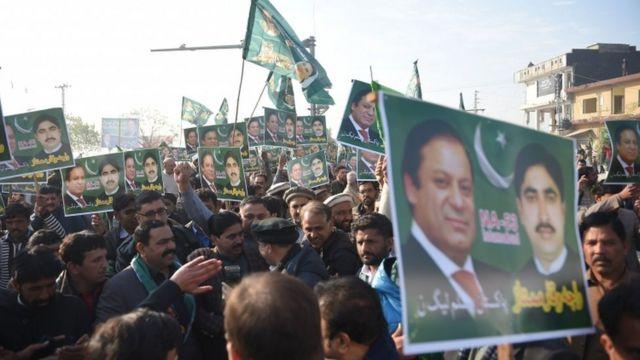 کارکنان جو کہ ایک قابل ذکر تعداد میں احاطہ عدالت کے باہر موجود تھے وہ اپنے لیڈر کے حق میں نعرے لگاتے رہے۔