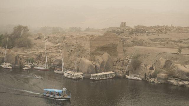 A ranar Larabar da ta wuce ne abubuwa suka tsaya cak a garin Aswan da ke kasar Masar saboda hazon da aka yi ya sa ba a ganin wurare sosai.