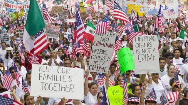 Mexicanos en una marcha pro inmigrantes en Estados Unidos
