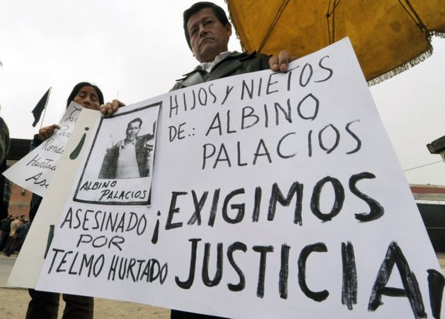 Familiares de víctimas sujetan carteles y exigen justicia por el caso Accomarca en 2010.