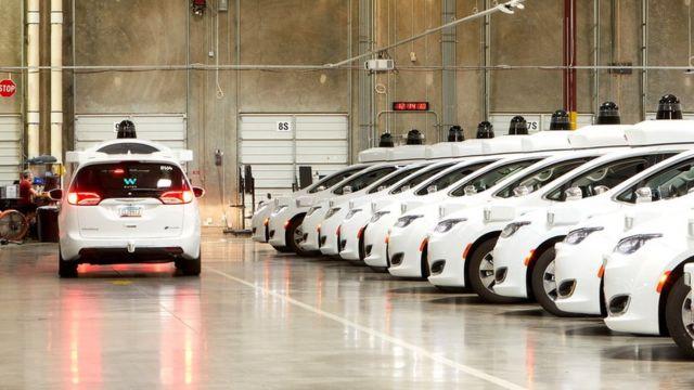 Carros brancos enfileirados em estacionamento