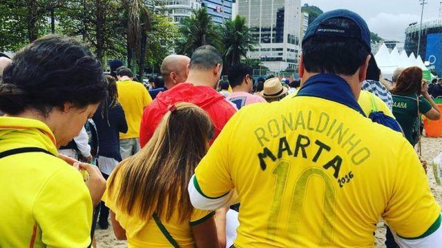 Homem com camisa da Marta