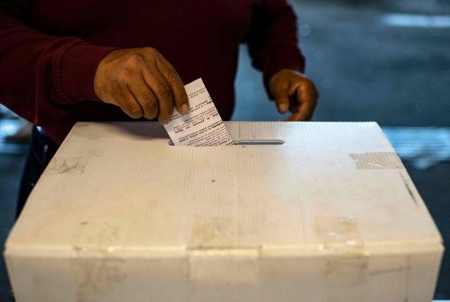 Un votante deja su sufragio