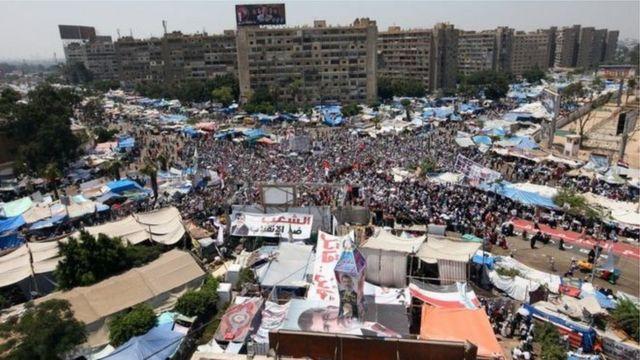 ကိုင်ရိုမြို့ Rabaa al-Adawiya ရင်ပြင်မှာ ၂၀၁၃ ခုနှစ်က ဆန္ဒပြပွဲ ဖြစ်ပွားခဲ့ပါတယ်။