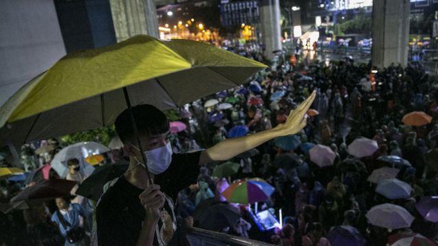 Một người biểu tình giơ ba ngón tay biểu tượng của phong trào phản đối chính phủ ở Thái Lan
