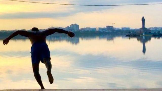 Shiva saltando al lago