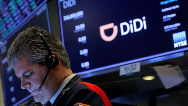 一名交易員在美國紐約證券交易所的中國網約車公司滴滴全球首次公開募股期間工作。
