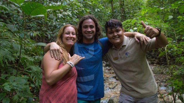David Grillot (en el centro) tiene 30 años y es el fundaor de Karma Tribe. (Foto: Karma Tribe/Facebook).