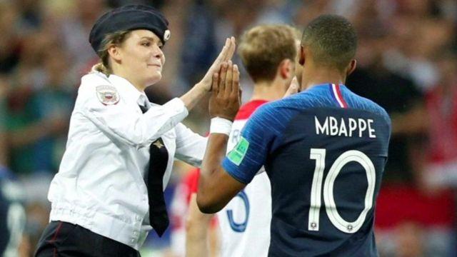15일 프랑스와 크로아티아의 월드컵 결승에서 '푸시 라이엇' 멤버가 경기장에 난입해 경기가 중단되기도 했다