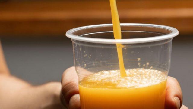 Hay pocas probabilidades de que consumir jugo de naranja te permita evitar un resfriado.