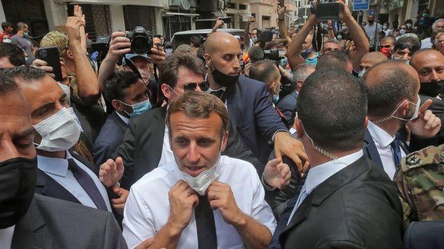 الرئيس الفرنسي ماكرون وسط الجموع في بيروت
