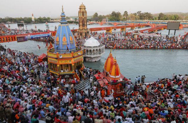 تسعة ملايين زائر مشارك في مهرجان مومبه ميلا في هاريدوار . أبريل/نيسان 2021