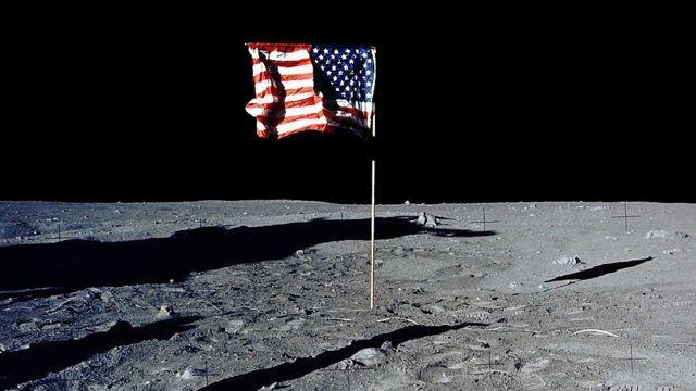 Bandera de Estados Unidos en la Luna.