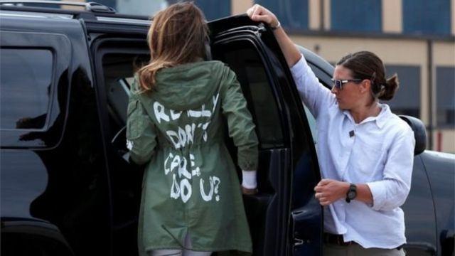 بحثهای زیادی بر سر دلیل ملانیا ترامپ برای پوشیدن این لباس در رسانهها در گرفت