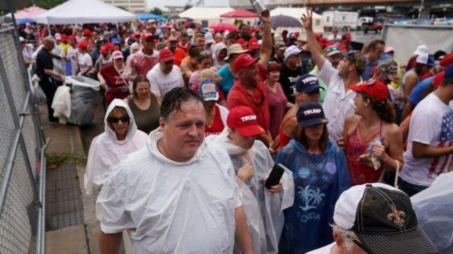 Очередь на стадион в Орландо стала собираться с вечера в понедельник под проливным дождем