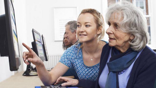 Mujer mayor aprendiendo computación