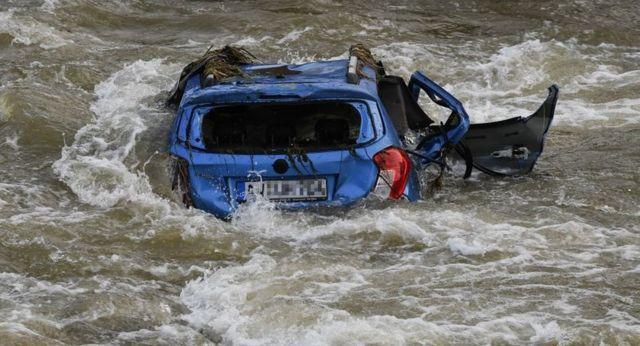 नदियों में पड़ीं क्षतिग्रस्त गाड़ियों को निकालना अब भी सबसे बड़ी चुनौती है.