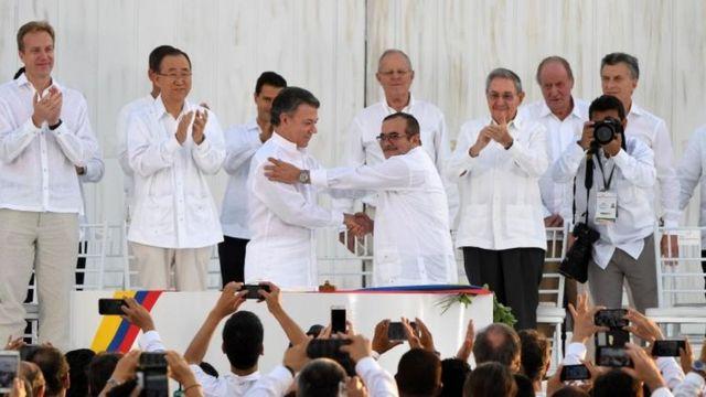 Firma del acuerdo de paz entre el presidente Juan Manuel Santos y Timochenko.