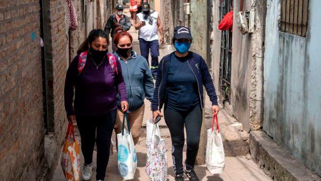 Mujeres caminando por Buenos Aires.