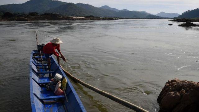 Một người đánh bắt cá trên sông Mekong đoạn qua huyện Pak Chom, tỉnh Loei, đông bắc Thái Lan