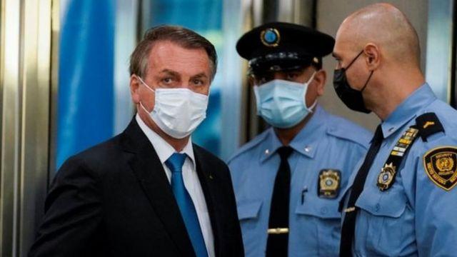 Jair Bolsonaro usa máscara a caminho da Assembleia Geral da ONU