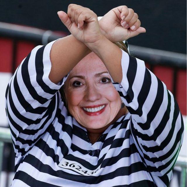 Una mujer disfrazada de Hillary Clinton como presidiaria.