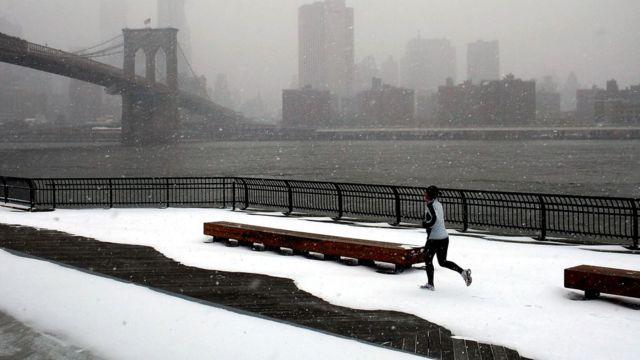 Mulher correndo na neve
