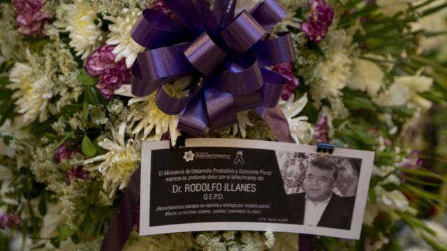 Flores del féretro de Rodolfo Illanes con su imagen