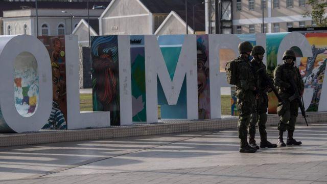 Militares em frente à placa Cidade Olímpica