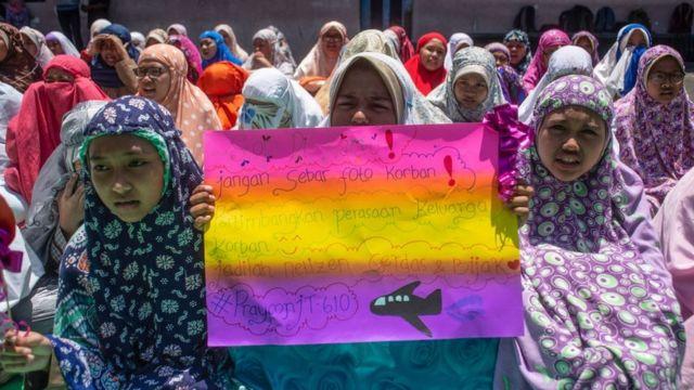 niños con pancartas para recordar a las víctimas