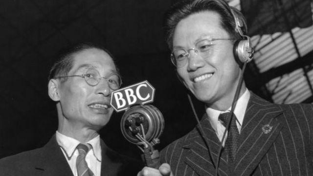 BBC中文记者刘复康(右)采访中华民国篮球队总教练宋君复(左)