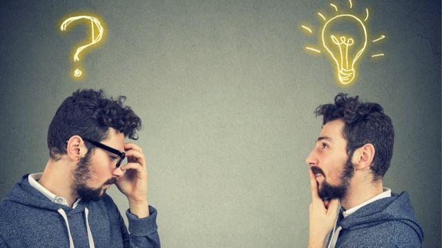 Dois jovens com símbolo de interrogação e uma lâmpada na cabeça