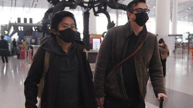 《華爾街日報》記者李肇華(Josh Chin 右)和溫友正(Philip Wen 左)2月24日離開北京。