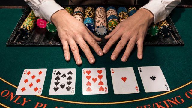 Mesa con cartas de póker.