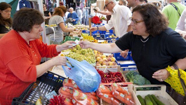 Una mujer compra vegetales